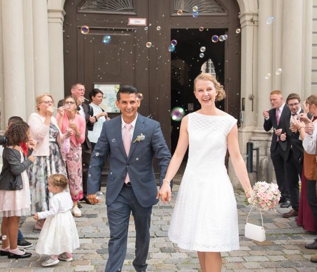 Hochzeit in Eichstätt Spiegelsaal standesamtlich Spalier stehen mit Seifenblasen