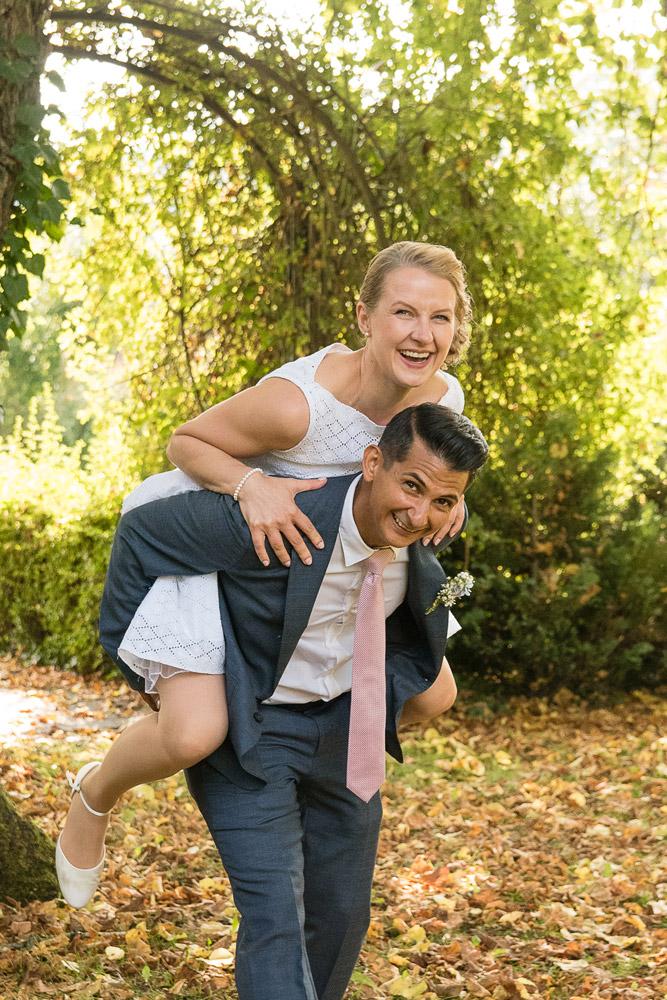 Natürliche Hochzeitsfotos Eichstätt mit Huckepack