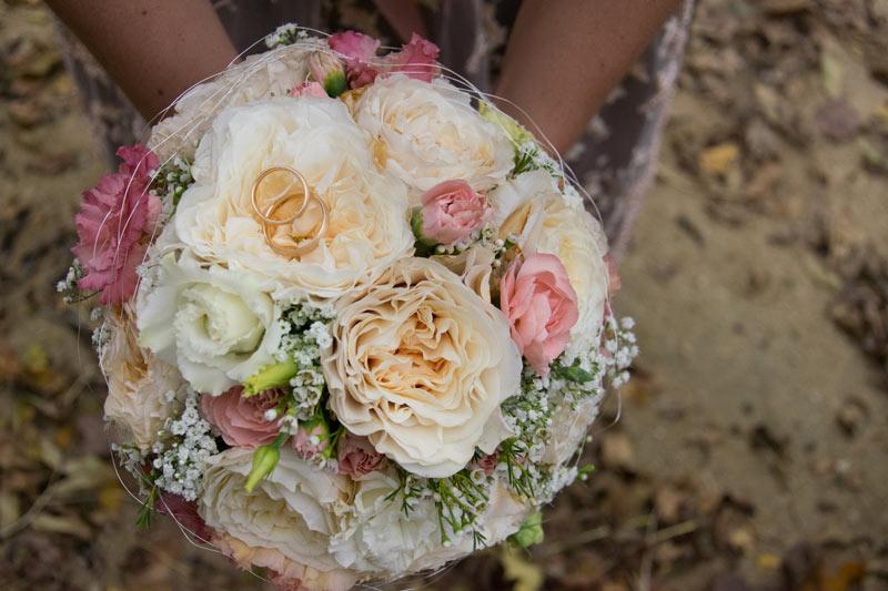 Brautstrauß im Herbst mit Ringen